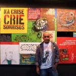 'Na Crise Crie Sorrisos': Mostra é composta por desenhos, colagens e pinturas sobre tecido (Foto: Divulgação)