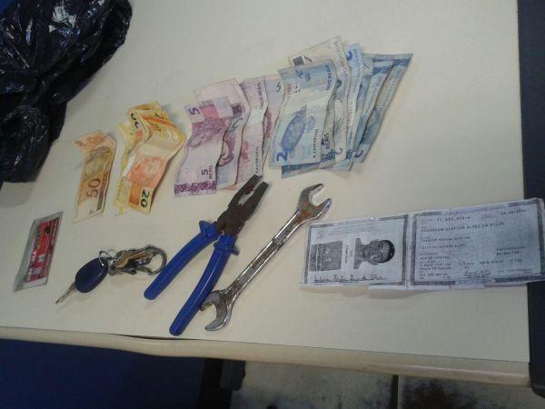 Com o suspeito: Dinheiro, alicate e chave de boca foram encontrados com o homem acusado de furtas objetos eletrônicos de um carro (Foto: Cedida pela Polícia Militar)