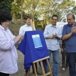 Inaugura: Neto, Pezão e Arimathéa descerram placa da obra; em segundo plano, Tutuca aplaude, assim como Gotardo (de óculos á direita)