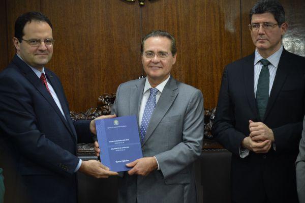 Previsões: Levy e Barbosa entregam peça orçamentária ao presidente do Senado, Renan Calheiros (Foto: ABR)