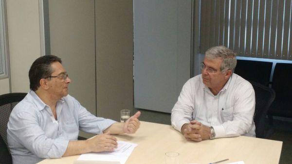 Pedindo: Nelson apresenta reivindicações de moradores ao presidente do Detro, Carlos Luiz Martins Pereira de Souza (foto: Divulgação)