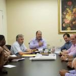 Conversa: Jonas e Albertassi explicam proposta da prefeitura a moradores do Paraíso de Cima (Foto: Sérgio Fortuna – PMBM)