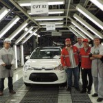 Na linha de produção: Alexandre e Augusto Serfiotis conheceram fábrica da PSA Peugeot Citroën