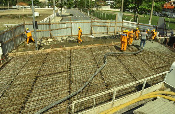 Mãos à obra: Amarração das ferragens e a primeira parte da concretagem da ponte já foram feitas(Foto: Divulgação PMAR)
