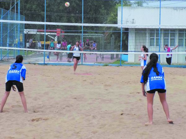 Areia: Vôlei de Praia é disputado em Volta Redonda em coisas que só o esporte proporciona (Foto: Mateus Gusmão)