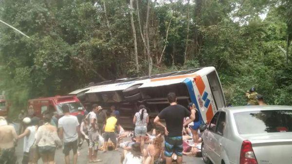 Acidente aconteceu com ônibus da empresa Colitur (Foto enviada por um leitor)