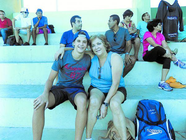 Braçadas: Matheus e sua orgulhosa mãe durante a disputa das provas de natação (Matheus Gusmão)