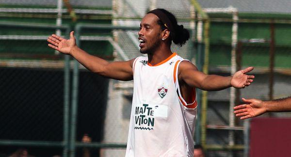 Caiu; Ronaldinho pode aposentar as chuteiras após mais um fracasso (Foto: Divulgação)