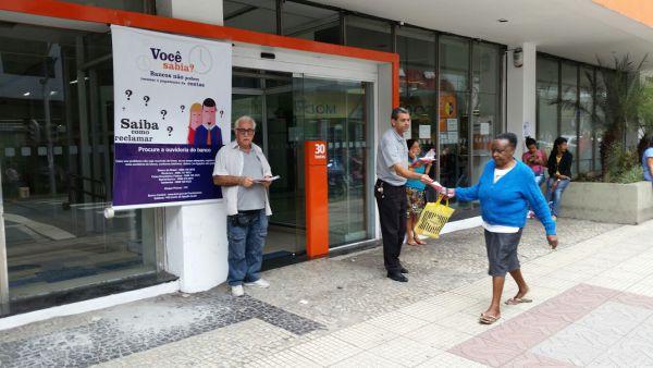 Direitos do consumidor: Diretores do Sindicato dos Bancários distribuíram materiais para esclarecer moradores da região(Foto: Divulgação)
