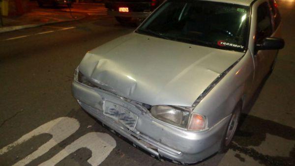 Batida: Motorista do Gol prata teria sido o causador de um engavetamento com mais três veículos(Foto: Divulgação PMVR)