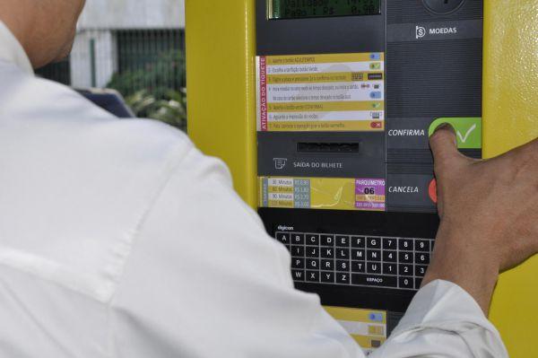 Modernidade: A partir de agora, motoristas poderão compras horas de estacionamento por um aplicativo de celular(Foto: Divulgação PMR)