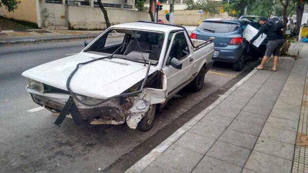 Colisão: Saveiro usada por Vicente ficou danificada por causa da batida(Foto: Enviada pelo internauta Lucas Villarinho)