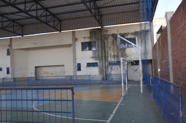 Sem manutenção: Sujeira, infiltrações e ação de vândalos depredam o ginásio poliesportivo em Barra Mansa (Foto: Franciele Bueno)