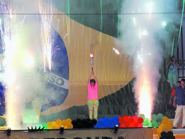 Merecido: Magali ergue a tocha na cerimônia de abertura dos jogos (Foto: Mateus Gusmão)