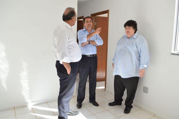 Visita: Neto, Pezão e o ministro Gilberto Occhi conhecem um dos apartamentos de Santa Cruz  (Foto: ACS PMVR)