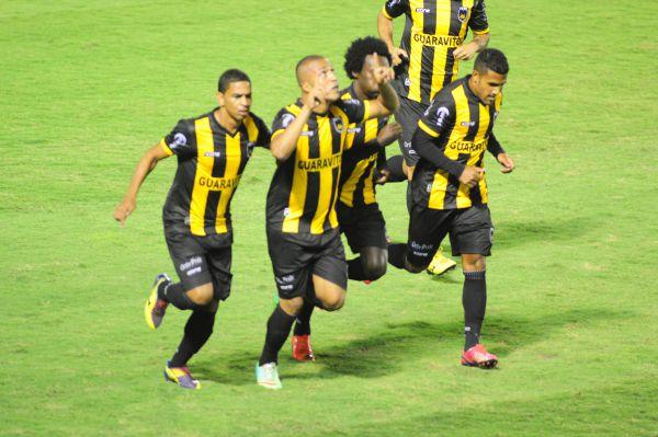 Festejando: Jogadores do Volta Redonda comemoram o primeiro gol diante do Leão (Foto: Paulo Dimas)