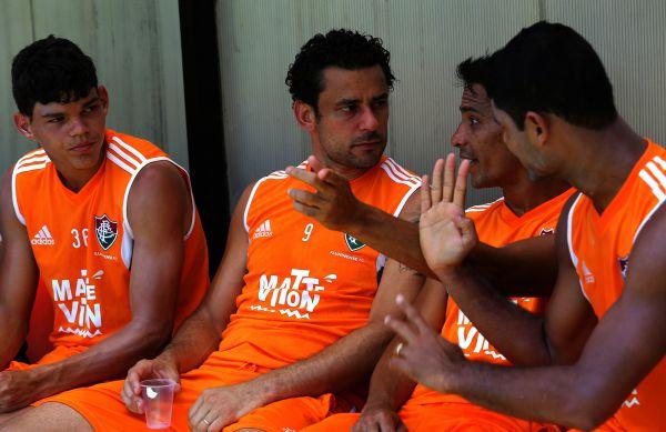 Acertando: Fred conversa com companheiros em treino nas Laranjeiras (Foto: Divulgação)
