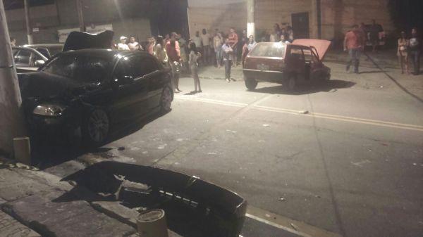 Acidente ocorrido na noite de ontem chamou a atenção de populares no bairro Belmonte, em Volta Redonda (Foto: Enviada via WhatsApp)