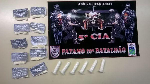 Drogas: Sacolés e pinos de cocaína estavam escondidos debaixo da poltrona do jovem, que é morador de Volta Redonda (Foto: Cedida pelo 10º Batalhão de Polícia Militar)