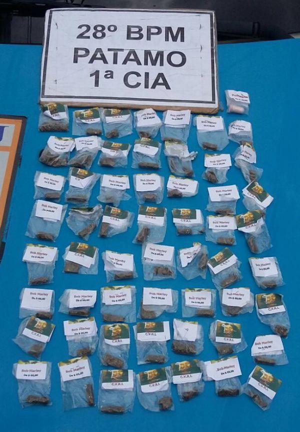 Trouxinhas de maconha e um pino de cocaína foram apreendidos durante ação (Foto: Cedida pela Polícia Militar)