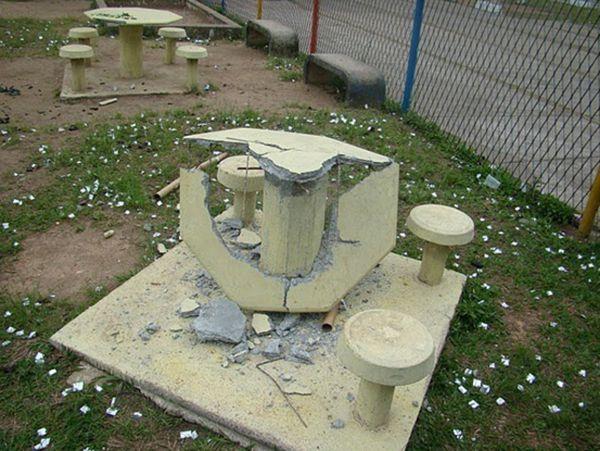 (Fotos: Transparência Nova Friburgo) Seringas descartáveis no chão das escolas; equipamentos comunitários destruídos: consequência do evento dos estudantes de Medicina em Friburgo (Fotos: Transparência Nova Friburgo)