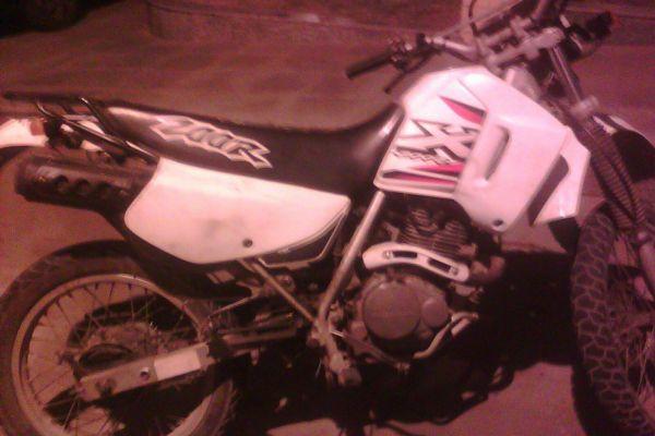 Moto Honda CBX 200, cor branca havia sido furtada em setembro em Volta Redonda (Foto: Cedida pela PM)