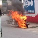 Em chamas: Fogo se alastrou pela motocicleta, enquanto o condutor fugiu pelas porta dos fundos de um supermercado (Foto: Enviada via WhatsApp)