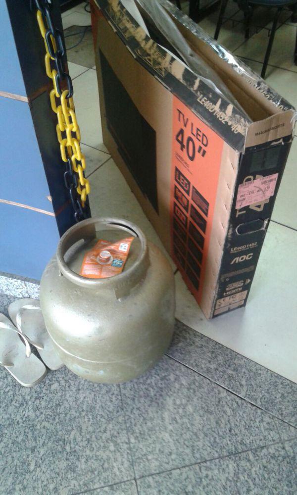 Apreensão: Bojitão de gás e um aparelho de TV foi encontrado com os suspeitos; materiais estão na delegacia de Itatiaia (Foto: Cedida pela PM)