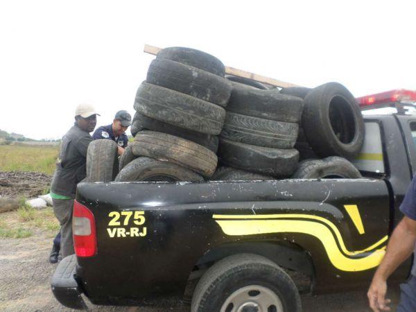 Na Rodovia dos Metalúrgicos: Caminhonete da Guarda Municipal foi usada para recolher os pneus; três viagens foram necessárias(Foto: Cedida pela Guarda Municipal)