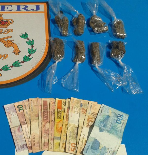 Sacolés de maconha e dinheiro foram apreendidos ontem, em Volta Redonda (Foto: Cedida pela GM)