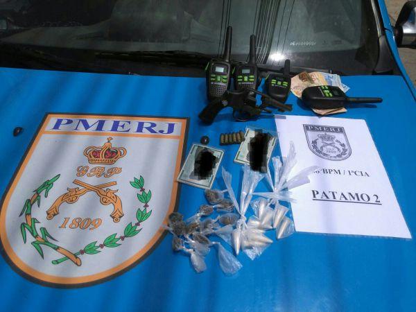 No Caieiras: Drogas, arma, munições, rádios transmissores e dinheiro foram encontrados em uma casa no bairro onde suspeitos estavam (Foto: Cedida pela Polícia Militar)