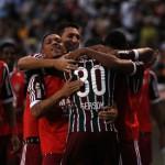 Festejando> Jogadores comemoram com Gerson gol que deu vitória ao Fluminense