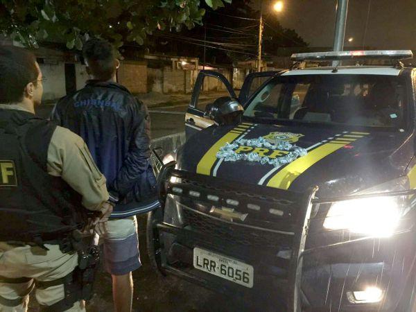 Flagrante: Jovem, que já foi apreendido pelo crime de furto, estava com 82 cápsulas de cocaína (Foto: Cedida pela PRF)