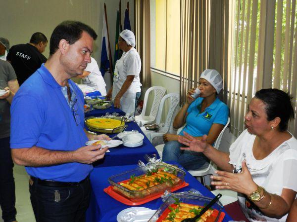 Degustando: Prefeito de Piraí, Dr.Luiz Antonio provou as comidas e destacou a importância do prêmio (Foto: Divulgação PMP)