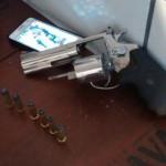 Porte ilegal: Arma apreendida na casa do suspeito teria sido trocada por uma moto, segundo o suspeito (Foto: Cedida pela Polícia Militar)