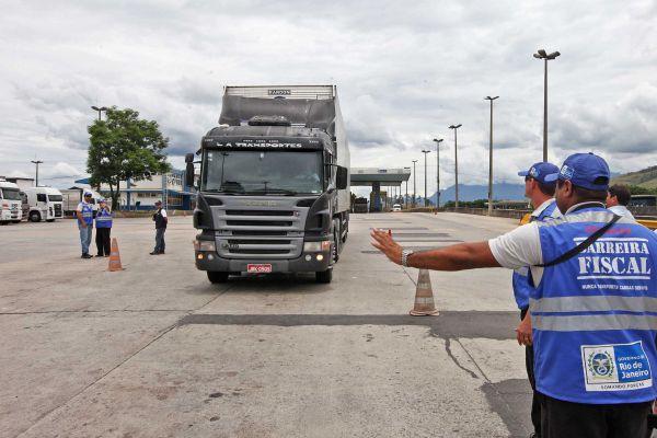 Itatiaia: Postos de fiscalização da Operação Barreira Fiscal ganharão scanners, em forma de portal, para aumentar a eficácia da repressão à circulação ilegal de cargas nas estradas fluminenses (Marcelo Horn/Governo do Estado)