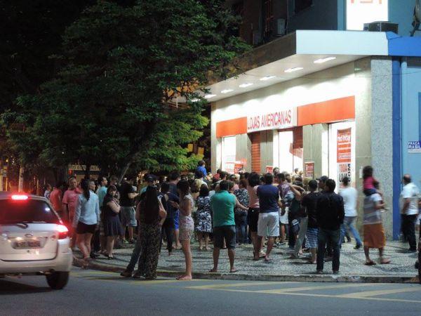 Movimento intenso: Em Volta Redonda, pessoas se aglomeraram na entrada de loja que abriu as portas na madrugada (Foto: Enviada pela internauta Ana Carolini)