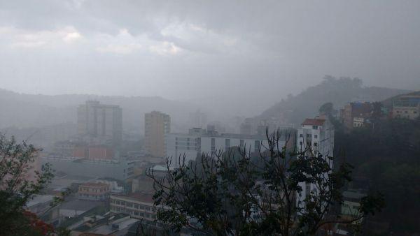 A moradora do bairro Verbo Divino, em Barra Mansa,Graciele Dornelas, fez o registro da chuva na cidade (Foto: Enviada por Graciele Dornelas via WhatsApp)