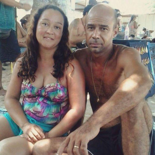 Feminicídio: Cecília tinha 42 anos e foi morta em sua casa; suspeito é o ex-marido, Milton, ao lado dela na fotografia (Foto: Reprodução Facebook)