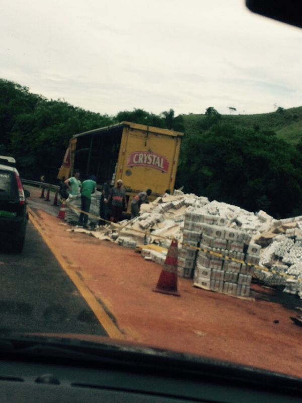 Acidente: Latas de cerveja ficaram espalhadas pela pista; acidente foi próximo ao posto da Polícia Rodoviária Federal (Foto: Enviada via WhatsApp)