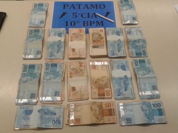 Apreendido: Parte do dinheiro estava escondido na cueca de um dos suspeitos; cigarro de maconha também foi achado (Foto: Cedida pela Polícia Militar)