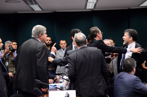 Crises: Parlamentares tentam conter brigões durante sessão no Conselho de Ética