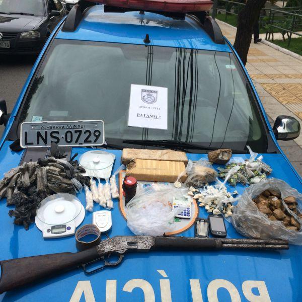 Dentro de casa: Grande quantidade de drogas, um rifle e munições foram apreendidas pela PM em Volta Redonda (Foto: Cedida pela Polícia Militar)