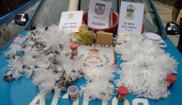 Tráfico de drogas: Farto material para venda e endolação de entorpecentes foram encontrados em terreno na Água Limpa (Foto: Cedida pela Polícia Militar)