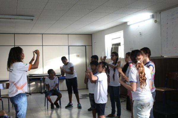 'Mãos que encantam': Coral ensaia no intervalo dos turnos do colégio e já conta com 26 integrantes (Fotos: Divulgação)