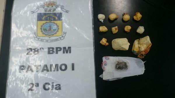 Suspeito tentou fugir e se livrar das drogas, mas acabou detido (foto: Cedida pela PM)