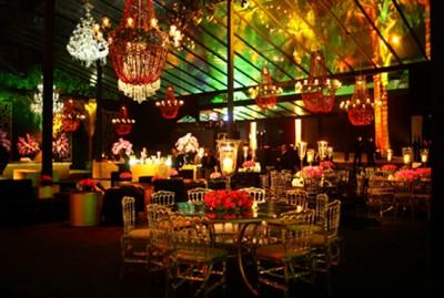 Um dos vários salões decorados. A festa tinha diversos ambientes e uma enorme pista de dança