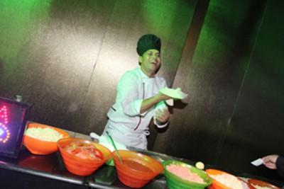O pizzaiolo do Faustão: voando para o Mato Grosso do Sul para servir os convidados. DJs e chefs também foram levados de São Paulo
