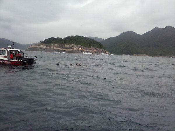 Umas das embarcações usadas nas buscas pelos desaparecidos e a Ilha dos Meros ao fundo da imagem (Foto: Cedida pelo Corpo de Bombeiros)