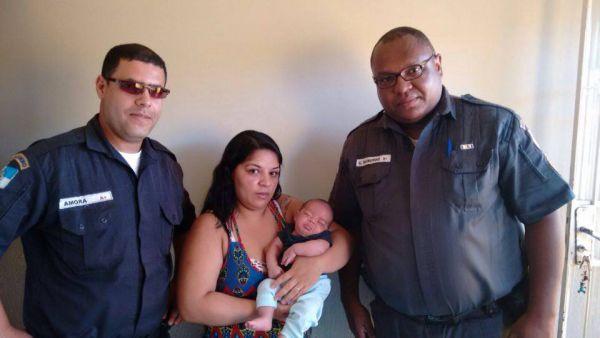 Heróis do dia: PMs Amora (à esquerda) e Raimundo junto com Henry e a mãe dele, Roberta (Foto: Arquivo pessoal/Clailton da Silva Meigas)